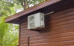 montage warmtepomp op brackets tegen muur