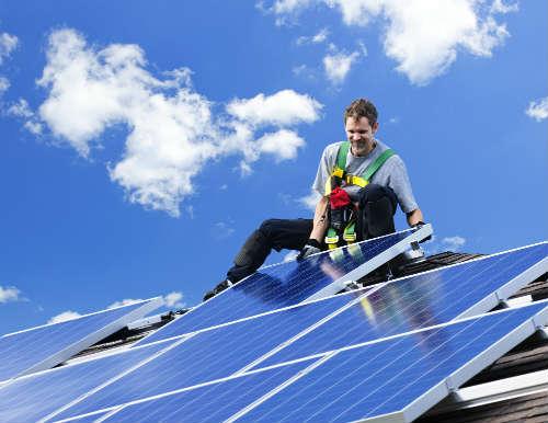 Minister juicht onderzoek naar branden zonnepanelen toe